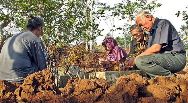 ZIARAH: Ketua YPKP 65 Pusat Bedjo Untung dan Sekretaris Eddy Sugiyanto bersama keluarga korban Genosida 65 tengah berziarah di makam desa Kunci Sidareja (10/10/2019) | Foto: Humas YPKP 65