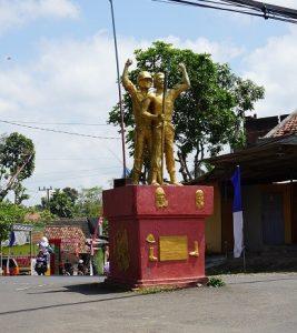 Monumen Trisula di kabupaten Donomulyo menggambarkan kerjasama antara tentara dan warga sipil / Grace Leksana