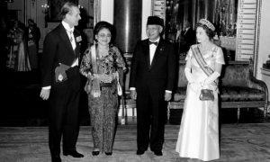 Presiden Suharto bersama istrinya, Tien, Ratu dan Adipati Edinburgh di Istana Buckingham pada tahun 1979. Foto: PA