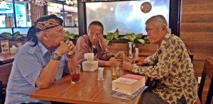 INTERVIEW: Dr Willy R Wirantaprawira, exile korban 'genosida politik' 1965-66 dalam sebuah wawancara dengan Bedjo Untung di kawasan Kalibata (2/2/2020) di Jakarta [Foto: Humas YPKP 65]