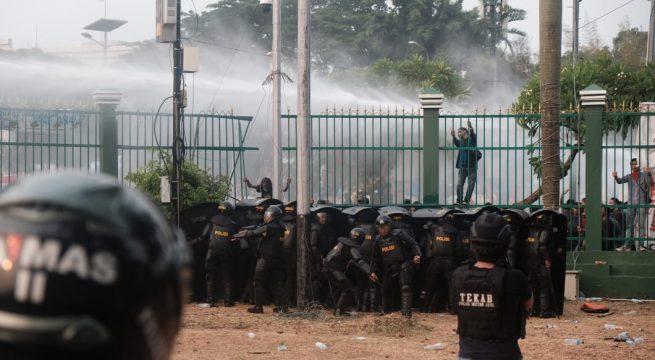 Polisi menggunakan meriam air untuk membubarkan pengunjuk rasa di depan kompleks Dewan Perwakilan Rakyat pada 24 September 2019. (JP / Donny Fernando)
