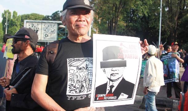 Bedjo Untung memegang foto Soeharto saat demonstrasi di luar Istana Kepresidenan di Jakarta pada tahun 2019. Untung dianugerahi Penghargaan Gwangju 2020 untuk Hak Asasi Manusia pada 20 Maret. (Foto: Konradus Epa / Berita UCA)