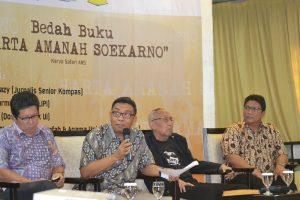 "Budiarto Shambazy, Asvi Warman Adam, Permadi, dan Safai ANS saat bedah buku ""Harta Amanah Soekarno"" (Foto:radar-indo.com)"