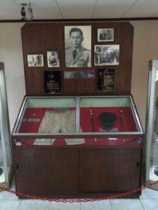 Tampilan barang pribadi Jenderal Ahmad Yani, termasuk celana bernoda darah yang dia kenakan saat dibunuh. Salah satu foto berasal dari dokumen 1984 dan bukan gambar asli. Foto grafis lain adalah tubuhnya yang digali. Foto oleh Michael G. Vann.