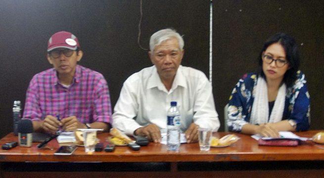 PERNYATAAN PERS: Ketua YPKP'65 Pusat Bedjo Untung tengah memberikan pernyataan sikap bersama Forum 65 paska penolakan Kemenko Polhukam (23/09) terhadap permohonan audiensi YPKP'65, bersama Forum 65 dan korban. Dalam Konferensi Pers (21/9) juga dibacakan Pernyataan Sikap Bersama Forum 65 yang digelar di Kantor LBH-YLBHI Jakarta [Foto: Humas YPKP'65]