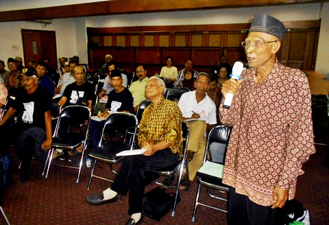 Basuki Kartowardoyo, tengah memaparkan pengalamannya di Kantor Komnas HAM (17/4/16) Jakarta. [Foto: Humas YPKP'65]