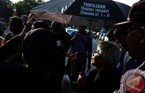 Anggota Jaringan Solidaritas Korban untuk Keadilan melakukan orasi dalam refleksi usai aksi Kamisan yang ke 425 di depan Istana Merdeka, Jakarta, Kamis (7/1/2016). (ANTARA FOTO/Fanny Octavianus)