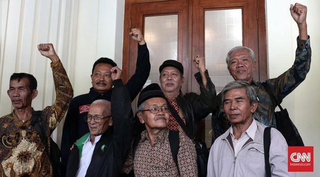 YPKP 65 dan delegasi korban Tragedi 1965 saat mendatangi ke kantor Kemenko Polhukam. (CNN Indonesia/Andry Novelino)