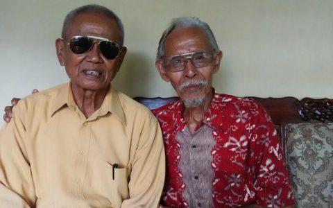 Sertu Ishak Bahar (kacamata hitam) Ajudan Letkol Untung. ©2016 Merdeka.com/Chandra Iswinarno