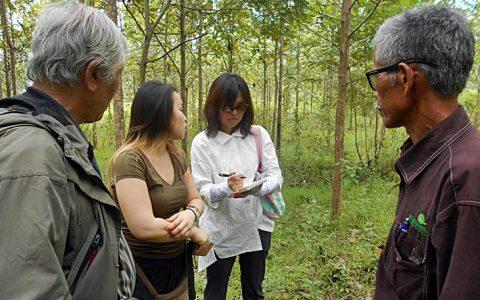 "TRUTH: Song So-yeon dan Sarang Lee, aktivis HAM South Korea ""The Truth Foundation"" berada di tengah lokasi ""mass-graves"" korban Tragedi 65 di hutan Jegong, Barisan, Jaken, Pati. [Foto: Humas YPKP65]"