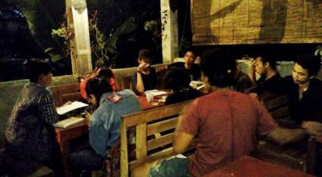 """Suasana """"Diskusi Rutin Rabuan"""" di Warung Kopi Lico (Jek)"""