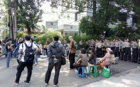 Blokade polisi di depan gerbang kantor YLBHI, Jakarta Pusat, menolak acara seminar Sejarah Pengungkapan Kebenaran 1965/1966 (16/09/2017). FOTO/Forum 65 (Amin Siahaan)