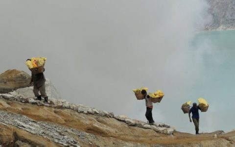 AFP/GETTY IMAGES Ilustrasi. Banyuwangi memiliki sejumlah situs tambang, salah satunya di Kawah Ijen. Sementara itu, situs tambang emas di Tumpang Pitu telah ditetapkan menjadi kawasan vital nasional.
