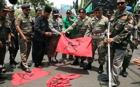 Image : Bendera PKI Buatan FPI yang Disita Anshor (Sumber : Akun Twitter @EmillyLuwita46)