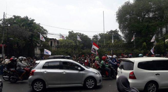 Laskar Merah Putih dan FPI datangi gedung LBH. (Foto: Fadjar Hadi/kumparan)