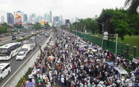 Foto: Massa aksi 299 di depan gedung DPR. (Marlinda-detikcom)
