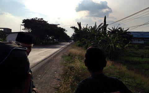 """TEGOWANU: Parit di tepian jalan raya antara jembatan Rowo hingga perempatan Daplang, menurut saksi sejarah, merupakan areal memanjang tempat pembuangan mayat-mayat korban Tragedi 1965. Pembantaian besar-besaran berlangsung, terutama melalui operasi militer """"Sapu Jagat""""  yang baru berhenti pada 1969, menjelang  kunjungan utusan PBB, Poncke Princen  [Foto: Humas YPKP'65]"""