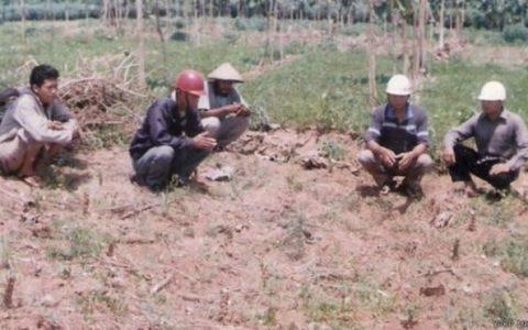 Para pegiat YPKP 1965 wilayah Pati berdoa di lokasi yang diyakini merupakan kuburan massal di Desa Grogolan, Kabupaten Pati.