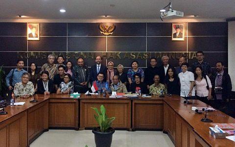 FOTO BERSAMA: Komisioner Tinggi HAM PBB, Zeid Ra'ad Al Hussein berfoto bersama perwakilan NGO Masyarakat Sipil Indonesia (5/2) di Komnas HAM RI Jakarta [ist]