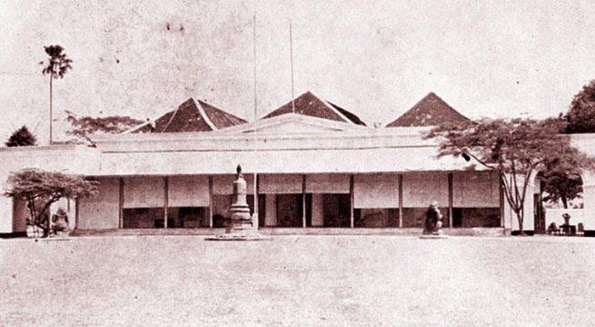 Di Gedung Agung Yogyakarta, Oemiyah dan Ngaisyah menurunkan bendera Jepang pada September 1945. Sumber: Wikimedia.org.