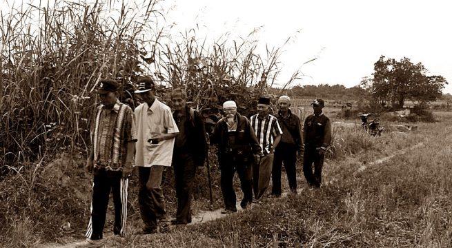 "INVESTIGASI: Investigasi Kuburan Massal dilakukan YPKP 65 secara berkelanjutan dengan melibatkan langsung para korban, penyintas dan keluarganya di berbagai daerah. Gambar di atas diambil saat menziarahi lokasi kuburan massal di Pasarmiring Deliserdang (14/03), Sumatera Utara. Verifikasi temuan lokasi pembantaian dan kuburan massal ini, lebih dari fakta atas jejak kejahatan kemanusiaan rezim Orba di masa lalu; juga sebagai upaya merawat ingatan kolektif, terapi ""trauma-healing"" para korban [Foto: Humas YPKP 65]"