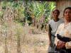 Frans Nambe (kiri) dan Siti Maimuna (kanan) di area tempat penyiksaan warga yang dianggap anggota PKI di Kampung Rekas, Kecamatan Mbeliling, Kabupaten Manggarai Barat, Nusa Tenggara Timur. Semasa tragedi 1965, Frans ikut disiksa sementara Siti kehilangan suaminya. (Foto: Asrida Elisabeth)