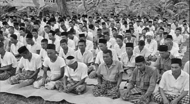 Para Tahanan Politik (TAPOL) G30S sedang melaksanakan salat Jumat (Foto: dok: Ariel Heryanto)