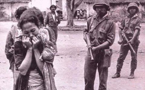 Tentara menggiring orang-orang yang diduga terkait PKI pada 1965. (Perpustakaan Nasional RI).