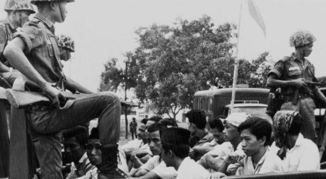 Anggota Pemuda Rakyat, sayap pemuda Partai Komunis Indonesia (PKI), ditahan oleh milter (30/10/65). FOTO/AP