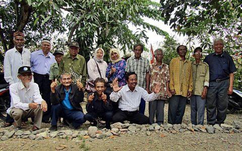 SAYUDI:  Sayudi, 84 tahun (berdiri nomor 2 dari kanan) dalam foto bersama Ketua YPKP 65 Bedjo Untung yang berkunjung ke Brebes [Foto: Humas YPKP 65]