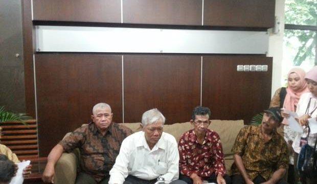 Anggota Yayasan Penelitian Korban Pembunuhan 1965-1966 memberikan keterangan pers di Kantor Wantimpres, Jakarta, Kamis (25/8/2016) (Sindonews/rakhmatulloh)