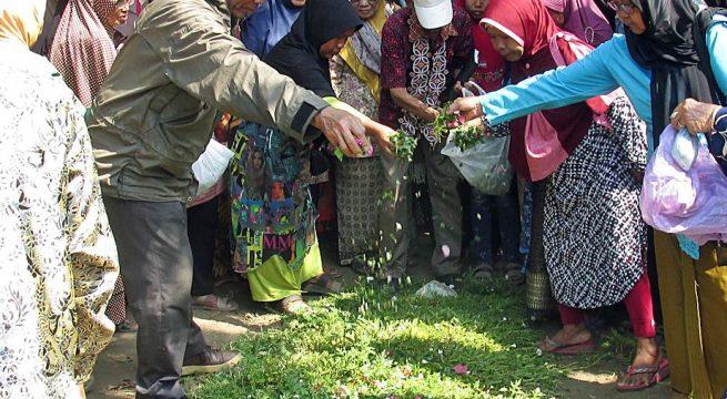 TABUR BUNGA: Ketua YPKP 65 Pusat Bedjo Untung bersama para peziarah melakukan tabur bunga di lokasi kuburan massal korban Tragedi 65 di Pandanwangi, Pemalang (28/8). [Foto: YPKP'65/Hum]