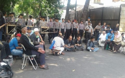 In This Sept. 16, 2017 photo, police block survivors of the 1960s communist purge from attending a seminar on the massacres at the Indonesian Legal Aid Foundation building in Jakarta. Survivors are still seeking answers over who was responsible for the purge that killed hundreds of thousand of alleged communists and their sympathizers (ucanews.com photo)