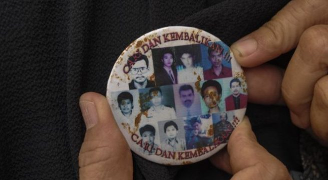 Peserta Napak Tilas Reformasi 1998 mengenakan pin bergambar korban-korban peristiwa Reformasi 1998 dalam acara yang digelar di Taman Makam Purwoloyo, Solo, Jawa Tengah, Rabu (27/11). MAULANA SURYA/ANTARA